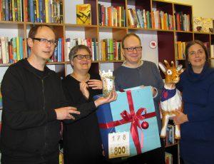 """Geldübergabe für """"Jedem Kind ein Buch"""""""