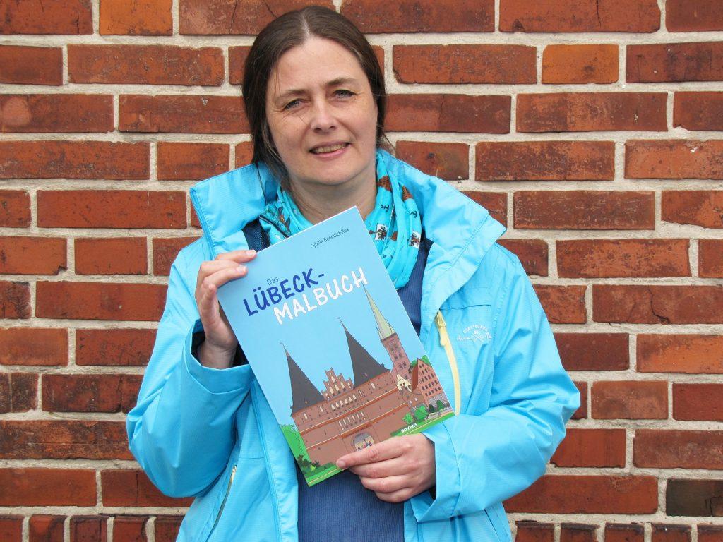 Autorin mit Lübeck-Malbuch